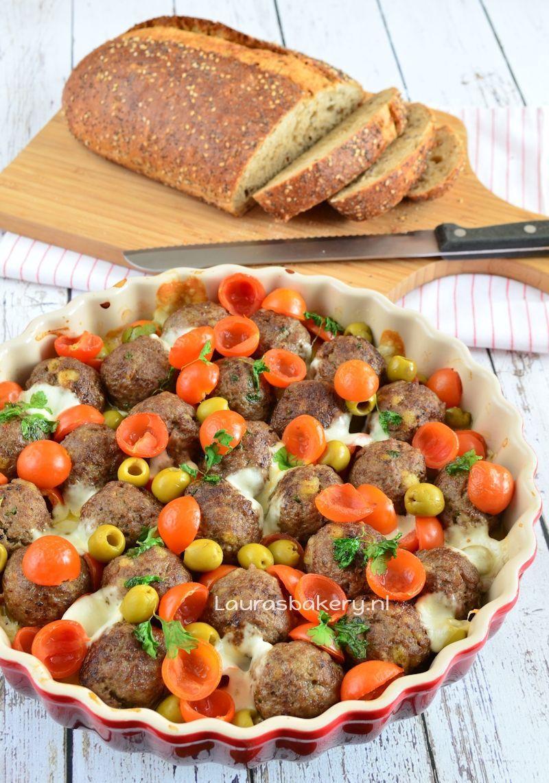 Gehaktballetjes met tomaat, olijven en mozzarella