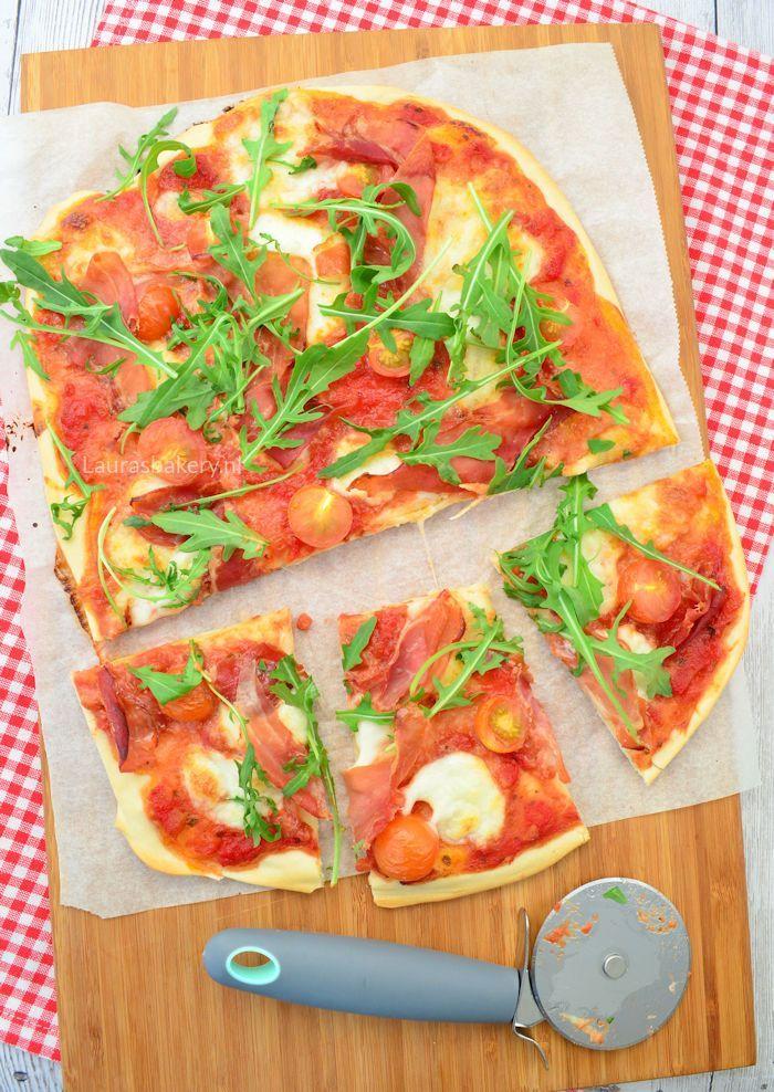 Pizza met parmaham, mozzarella en tomaat 1a