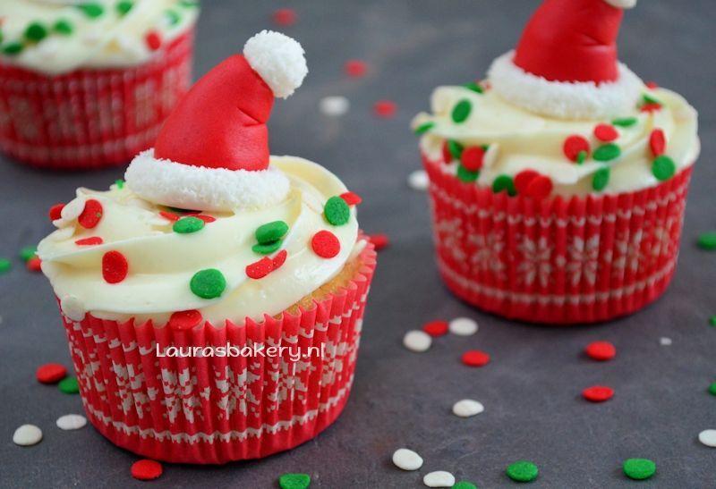 Cupcakes met kerstmuts topper
