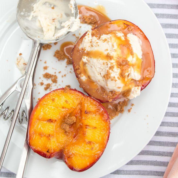 Gegrilde perzik met karamel en kaneelijs