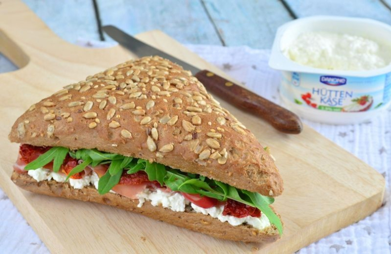 Laura Kookt: Meergranen sandwich met Hüttenkäse