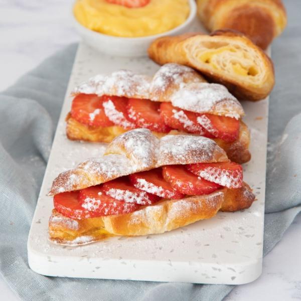 Banketbakkersroom croissants met aardbeien