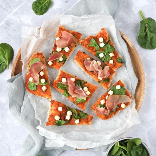 Ciabattapizza met geitenkaas en Parmaham