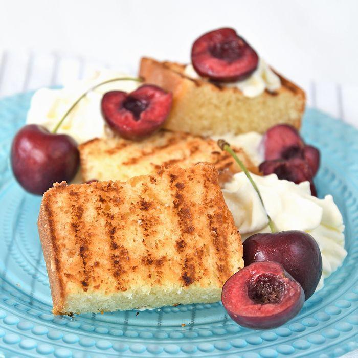 Gegrilde cake met slagroom en kersen