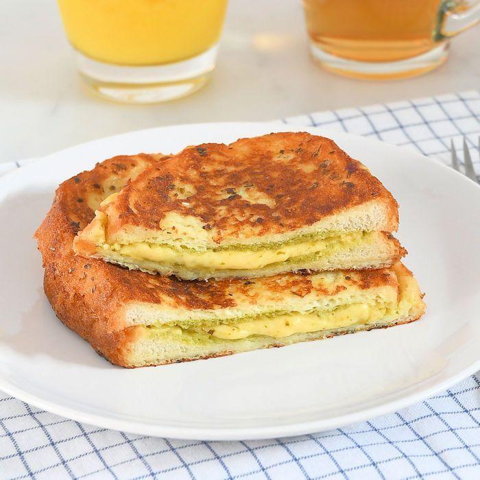 Hartige wentelteefjes met kaas en pesto