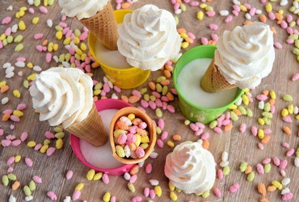 Traktatie ijsjes: ijshoorntjes met manna's en schuimpjes