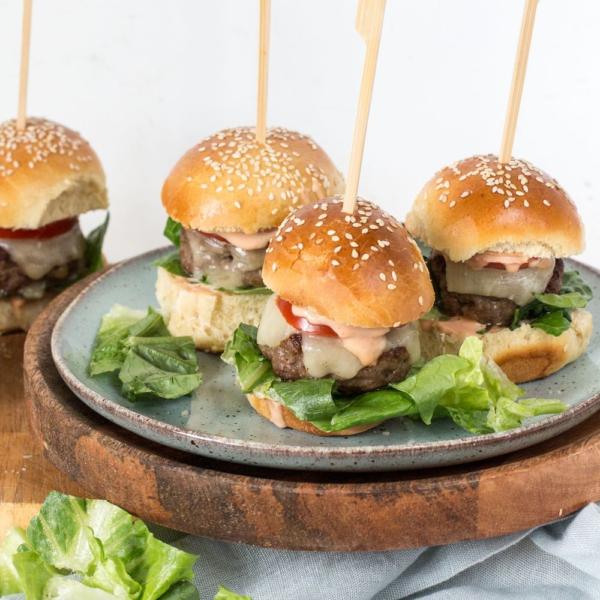 Met kaas gevulde mini cheeseburgers