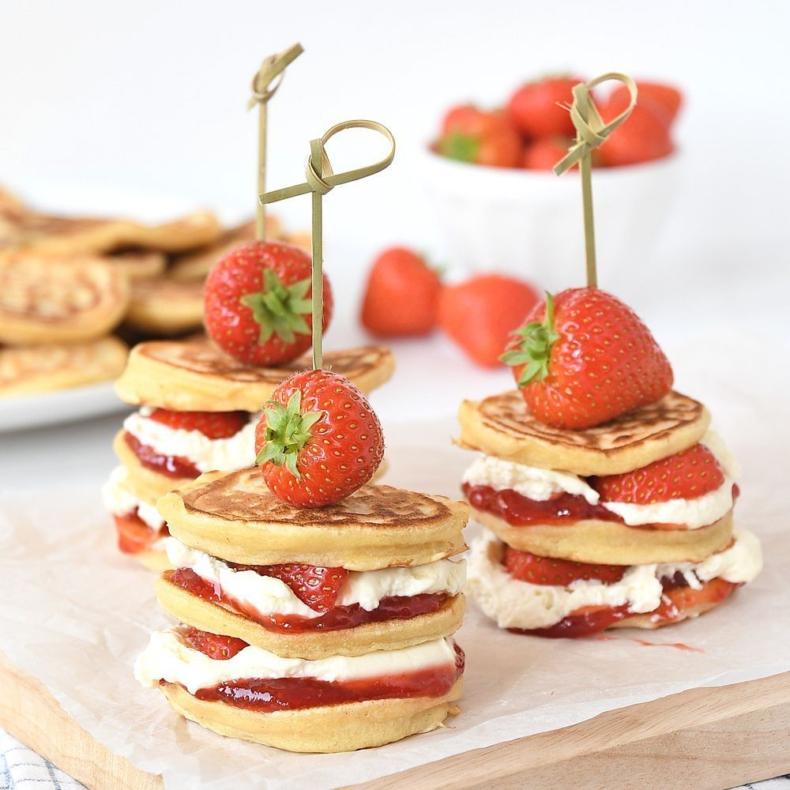 Moederdagbrunch: aardbeien pancakes en croissant broodpudding