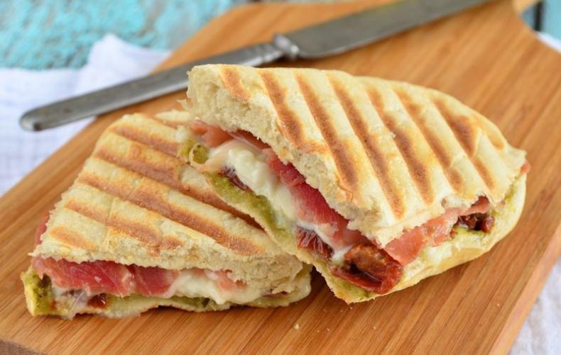 Laura Kookt: Panini met mozzarella en seranoham