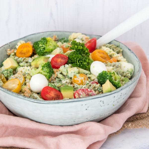 Snelle pastasalade met broccoli en avocado