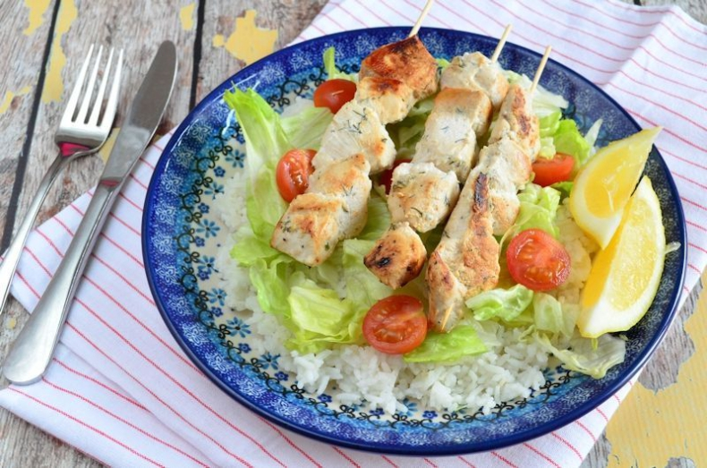 Laura Kookt: Souvlaki met rijst en salade