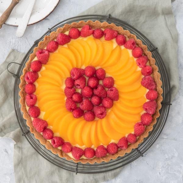 Zandtaart met frambozen en perzik
