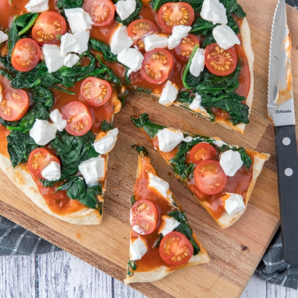 Panpizza met spinazie en geitenkaas