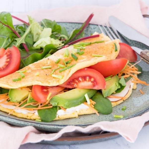 Omelet met roomkaas, kip en groenten