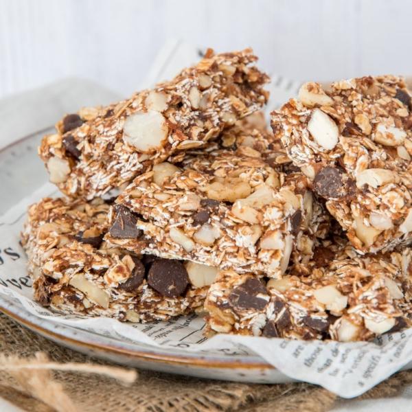 No bake mueslirepen met noten en chocolade