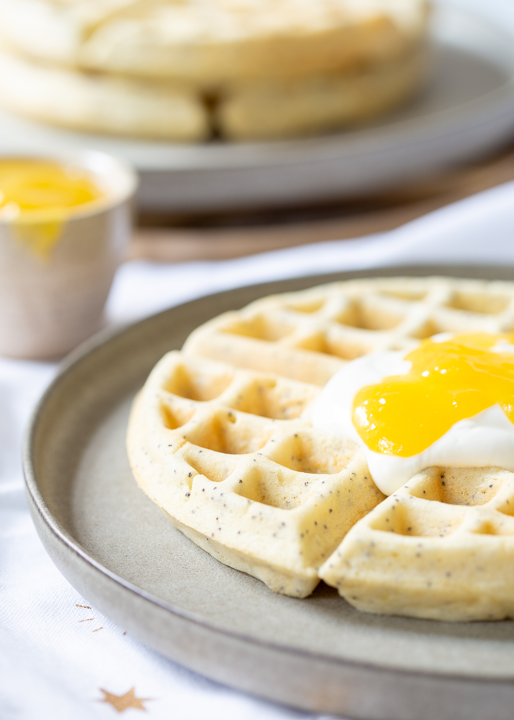 Citroen-maanzaad wafels met lemon curd