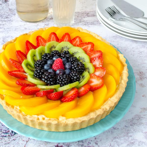 Zandtaart met fruit en banketbakkersroom